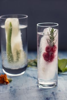 Vitamin Infused Fancy Ice Cubes Recipe with rosemary raspberries cucumber ginger and lime. Ice Cube Recipe, 5 Ingredient Recipes, Coconut Cupcakes, Fun Drinks, Healthy Drinks, Healthy Tips, Healthy Recipes, Turmeric Root, High Protein Low Carb
