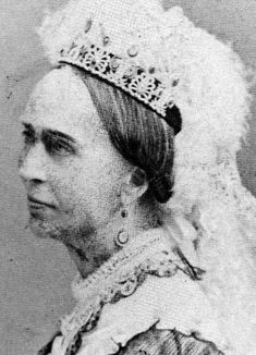 A mystery tiara seen worn by Josephina of Leuchtenberg, Queen Consort of Oscar I of Sweden. A piece featuring multiple honeysuckle motifs. Info from Ursula's Royal Magazin http://www.royal-magazin.de/sweden/josephine-leuchtenberg-nicolo-parure-pearl.htm