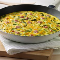 Spring Frittata Make this flavor packed egg dish for your next Sunday brunch with the family. They will love the asparagus, onions, ham and Colby jack cheese cooked to perfection. Vegetarian Meal Prep, Healthy Meal Prep, Healthy Recipes, Keto Meal, Delicious Recipes, Healthy Eating, Breakfast Dishes, Breakfast Recipes, Eat Breakfast