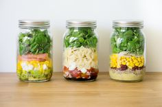 These office lunch tricks will change your life in Mason Jar Meals, Meals In A Jar, Pot Mason, Salad In A Jar, Salad Bar, Batch Cooking, Healthy Cooking, Healthy Foods, Bento And Co