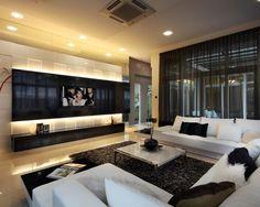 Sala de estar moderna com painel amplo de madeira laqueada preta e branca