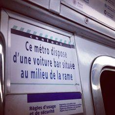 Street Art – Quand un artiste colle de faux messages dans le métro parisien… (image)