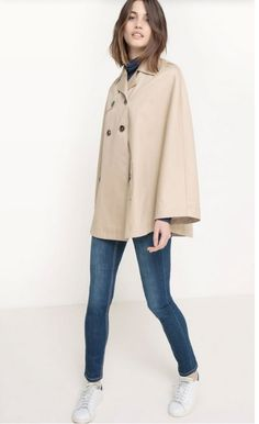 Blue tee+skinny jeans+white sneakers+beige trench-cape. Spring Casual Outfit 2017