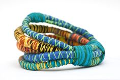 Pulseras Artelia Paper Jewelry, Textile Jewelry, Fabric Jewelry, Jewelry Crafts, Jewelry Ideas, Jewellery, Fabric Beads, Fabric Scraps, Scrap Fabric Projects