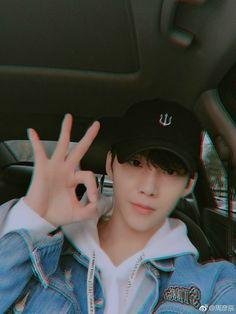Zhou Yanchen a. Cute Asian Guys, Cute Korean Boys, Asian Boys, Asian Men, Cute Guys, Asian Girl, Korean Boys Ulzzang, Ulzzang Boy, Boy Music