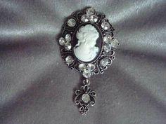 Broche esprit rétro façon camée noir. D'autres bijoux sur https://bijoux-retro-vintage.com