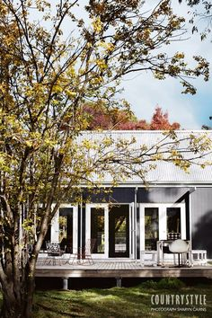 Quite like the grey and white colour scheme! A modern design sense infused with nostalgia created Grey Gardens, a house at Chewton, in Victoria's goldfields. Exterior Colors, Exterior Paint, Exterior Design, Country Color Scheme, Country Style Magazine, Deco Retro, Shed Homes, Outdoor Living, Indoor Outdoor