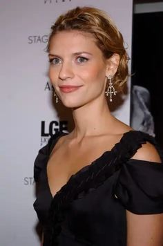 Claire Danes hairstyles include short, long and updos with various colors of blonde and highlights. Claire Danes, Updos, Short Hair Styles, Carrie, Celebrities, Hair Ideas, Color, Fashion, Romeo And Juliet