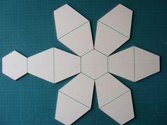Etape 1 Sur la feuille de carton 60cm par 50cm réaliser deux droites qui nous donneront le centre de la construction du plan voir photo Etape 2 Tracer un cercle de 5cm de rayon sur ce centre.Construire le polygone plus précisément un hexagone dans le...