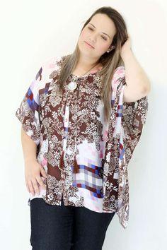 Camisa Kaftan Plus Size Cetim estampado Com botões Rolitê nodecote com pompom marrom Uma camisa kaftan proporciona um ar de elegânicia incrível Ela tem uma leveza e sobriedade muito evidente #camisaplussize #plussize #modaplussize #modaplussizebrasil #mulherplussize #vickttoriavick #modaplussizebr #plussizebrasil #plussizefashion #modagg #moda #fashion #feitonobrasil #plussizes #plussizebr #gordinhasdobrasil #modafemininaplussize #somosplussize #lojaplussize #lojafeminina #mulheresreais