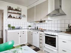 4 rum och kök på Haråsgatan 9 - Lägenhet | Kvarteret Mäkleri i Göteborg Retro Apartment, Simple House, Home Kitchens, Kitchen Design, Sweet Home, Kitchen Cabinets, New Homes, Kitchen Inspiration, Interior