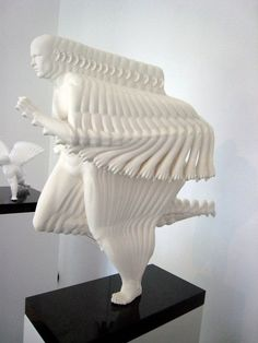 Door dat de artiest de laat zien hoe de man beweegt door er beelden achter te palkken die de man heeft gemaakt daardoor kan je zien dat het beeld beweegt