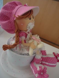 Bebezinha na xícara de porcelana, uma fofura feita em E.V.A e tecido com apliques de pérolas, um ursinho super fofo, linda peça para decoração de chá de bebe.  Feita com muito carinho e amor.
