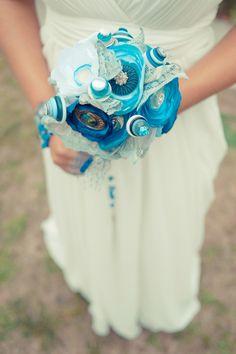 Noiva com bouquet azul. #casamento #bouquet #heirloom