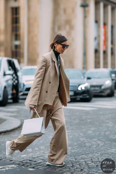 Street Fashion Trends The Raw Straight Cut Jeans Street Style Trends, Autumn Street Style, Street Chic, Parisian Street Style, Girl Fashion, Fashion Outfits, Fashion Trends, Style Fashion, Fashion Fotografie