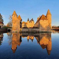 Miroir oh mon beau miroir, suis-je le plus beau des châteaux de Bourgogne 😜  📸 @benoitem    #Regram via @www.instagram.com/p/B7_anythc5C/ Source Of Inspiration, Cologne, Cathedral, Burgundy, France, World, Building, Travel, Instagram
