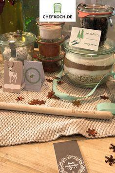 Schöne Etiketten für selbstgemachte Weihnachtsgeschenke vorbereitet – von einfachen Klebeschildchen über Geschenkanhänger bis hin zu Flaschenanhängern. Einfach zum Ausdrucken und Ausschneiden >>