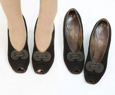 These 1930s are incredible and in a wider width! Done in a deep chocolate brown suede with grosgrain knotted adornments at the peep toes. Leather soles. Curved heels. ♥♥♥ Brand: Laird Schober & Co / Modernette Shoe Shop Livingston Bros. Size on tag: 7 N Fits like: 7.5-8 US / 5-5.5 UK /