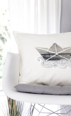 DIY Foto-Geschenk: Gestalte individuelles Papierboot-Kissen als Unikat auf dem Sofa! (mit kostenloser Vorlage)