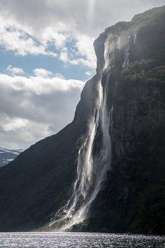 La cascade Seven Sisters dans les Fjords de Geiranger en Norvège. Beautiful Norway, Beautiful World, Beautiful Places, Lofoten, Places To Travel, Places To See, Places Around The World, Around The Worlds, Les Fjords