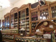 Gato Negro. Buenos Aires. La tienda.Famosa en Buenos Aires por sus especias, cafés y tés, la casa mantiene intacto el estilo de un almacén elegante: mostradores y vitrinas de roble y fresno Italiano, arañas holandesas de bronce, sillas Thonet, expertos y amables vendedores. En el interior de la tienda, que está invadido por un cautivante aroma, se exhiben para la venta especias en frascos y especieros de porcelana, y una selección de chocolates, salsas, frutas glaseadas y pescados envasados.