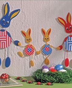 Wie Sie ein Fensterbild zu Ostern basteln, zeigen wir Ihnen anhand von drei Beispielen: der Familie Mümmelmann, dem malenden Osterhasen und einem Ostereier-Mobile
