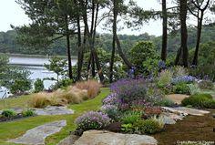 Avec une vue sur mer à plus de 180°, ce jardin vit au gré des marées et se nourrit de nature bretonne dans ses rocailles, ses ondulations « karikomi » et ses vagues de fleurs bleues.