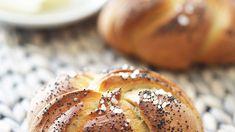 Domácí kaiserky. Jsou křupavé, voní po celé kuchyni, a jakmile vedle nich postavíte máslo a otočíte se, záhadně zmizí. To když se na ně vrhnou nedočkaví strávníci! Dobrá zpráva? Naučíme vás je. Russian Recipes, Hamburger, Muffin, Bread, Breakfast, Food Ideas, Breakfast Cafe, Muffins, Hamburgers