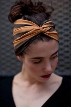 When you enjoy your holiday, what hairstyle would you like to have? We think that the best answer is the hair with bandana. Bandana is a piece of square cloth. Bandana Hairstyles, Pretty Hairstyles, Easy Hairstyles, Girl Hairstyles, American Hairstyles, Black Hairstyles, Bandana Pelo, Bandeau Bandana, Curly Hair Styles
