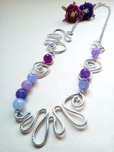 Collane in alluminio con pietre in vetro viola Questa collana è creata con la tecnica Wire Wrapped, ha come elemento principalmente il filo di alluminio metallico, lavorato a - 18928957
