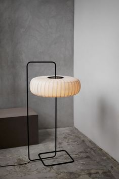 On dark nights, we need all kinds of lamps to light things to see things. Floor lamps are also essential in the home. Home open a soft light floor lamp, th Pipe Lighting, Linear Lighting, Lighting Design, Interior Desing, Interior Lighting, Interior Inspiration, Decoration Design, Lamp Design, Standard Lamps