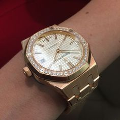 The Audemars Piguet Royal Oak in rose gold on a bracelet. Perfect watch for the perfect lady Audemars Piguet Gold, Audemars Piguet Diver, Audemars Piguet Watches, Dream Watches, Luxury Watches, Cool Watches, Watches For Men, Women Jewelry, Fashion Jewelry