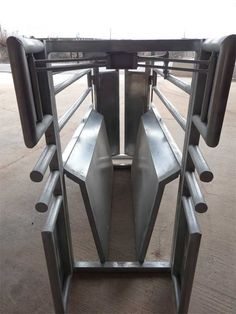 Red River Arenas offers heavy-duty steer and calf roping chutes and stripping chutes constructed of rest-resistant galvanized steel. Order a cattle squeeze chute today! Cattle Barn, Cattle Ranch, Cattle Corrals, Deer Farm, Mini Cows, Horse Arena, Indoor Arena, Round Pen, Gado
