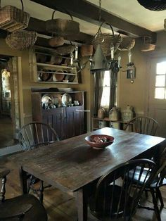 Love this table! #primitivediningrooms