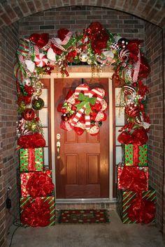 Grinch Christmas Decorations, Whoville Christmas, Christmas Porch, Winter Christmas, Christmas Themes, Merry Christmas, Christmas Wreaths, Natal Diy, Christmas Tree Inspiration
