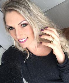 """Meninassssss ... Vem novidade por aí!!  em breve um post novo e lindo no blog (link bio) .... De hj : make diva by  @vheridianna cabelos lindos by @v_eduardu  unhas """"cara do inverno""""  e lindas by @tatirvianna ... Todos profissionais da estética @mega_hair_novo_hamburgo ... Logo logo mostro mais!!!!  #make #Hair #nofilter #naoprecisa #trabalholindo #tudoperfeito #ondas #unhas #inverno2016 #blog #moda #beleza #instabeuty #salao #cuidado #amor #instablogger"""