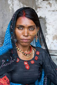 Although the eyes of this woman are exceptionally beautiful, having light coloured green eyes is not rare in the Thar desert of Rajasthan, India. Pretty Eyes, Beautiful Eyes, Beautiful People, We Are The World, People Around The World, Des Femmes D Gitanes, Image Couple, Beauty Around The World, Tribal Women
