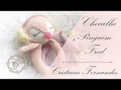 AMIGURUMI - CHOCALHO PINGUIM FRED - YouTube Crochet Blanket Patterns, Baby Blanket Crochet, Crochet Animals, Crochet Toys, Tutorial Amigurumi, Fred, Crochet Bebe, Baby Gift Box, Baby Rattle