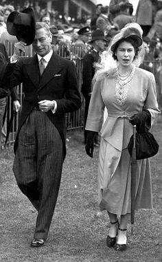 1948 from Queen Elizabeth II's Royal Style Through the Years Princess Elizabeth joined her father King George VI at the Derby at Epsom wearing a skirt suit, fascinator and ankle-strap pumps. Die Queen, Hm The Queen, Her Majesty The Queen, Queen Liz, Young Queen Elizabeth, Princess Elizabeth, Princess Margaret, Familia Kennedy, Queen Victoria