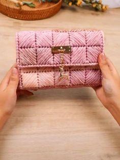 Diy Crochet Bag, Crochet Bag Tutorials, Crochet Flower Tutorial, Diy Clutch, Diy Purse, Diy Crafts Hacks, Diy Crafts For Gifts, Diy Bag Gift, Diy Bags Purses
