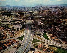 Vista aérea da região do Parque do Ibirapuera, com destaque para o próprio parque, além do prédio do Detran (atual MAC-USP) e o obelisco.  Crédito: http://www.saopauloantiga.com.br/