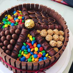 Unser ganzer Stolz  wir sind schon richtige Profis #cake #kitkat #kinderbueno #m&ms #bakery #sallystortenwelt #cheatday #gym #foodporn #love #healthyfood #roche #giotto #torte #chocolate #eat