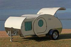 ここに紹介する、小さなキャンピングトレーラー。どのくらい小さいか?は、以下に紹介するとして、アウトドア愛好家たちの間でちょとした話題を呼んでいる。ミニマルな作りのなかに、意外でナイスな機能が隠されているから。では、その中身をご紹介!コンパクトなボディ、と思わせといて…オーストラリアのメーカー「Gidget Retro Teardrop Camper」が製造するこのキャンピングトレーラーは、大...