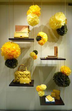 amarillo veraniego en este #escaparate con #flores de papel