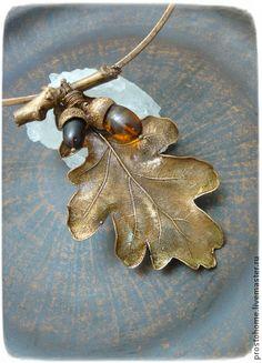 Колье, живой лист и натуральные камни `Дубовая роща`. Колье - живой дубовый лист, гальванически покрытый медью, натуральные камни в виде желудей на кованном чокере.  Медь состарена и отполирована, покрыта лаком, чтобы предотвратить окисление.