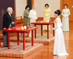 ajw.asahi:  Princess Noriko participated in a special rite with members of the imperial family ahead of her wedding, October 2, 2014.  Here Noriko is shown with Emperor Akihito and Empress Michiko to formally convey her gratitude to them.  Her father, the late Prince Takamado, was a first cousin to Akihito.  With her marriage to Kunimaro Senge, Noriko will lose her imperial family status.