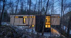 The Val-des-Monts Cottage in Canada puts modern cottage design back into the spotlight. The modern family cottage hides details that make it unique. Contemporary Cottage, Modern Cottage, Lakeside View, Lake View, Cottage Design, House Design, Plan Chalet, White Cedar, White Oak