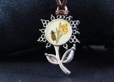 Pandantiv cu flori naturale in rasina lantisor creat manual Lily, Brooch, Jewelry, Fashion, Fragrance, Moda, Jewlery, Jewerly, Fashion Styles