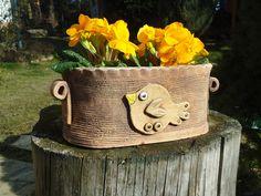Truhlík na kytky Truhlík-obal, je ručně modelovaný ze šamotové hlíny,pálený na 1 160stc., detaily jsou domalovány barevnou glazurou, je mrazuvzdorný. Výška 13cm,šířka13cm,délka25cm.