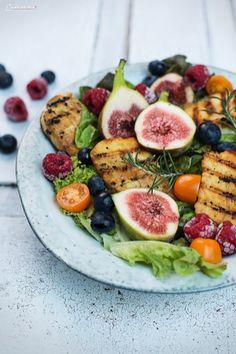 Gegrillter Halloumi auf buntem Salat, gegrillter Käse, Halloumi, Käse Salat, Salat Rezept, veggie, vegetarisches Rezept Barbecue Recipes, Grilling Recipes, Veggie Recipes, Salad Recipes, Vegetarian Recipes, Veggie Bbq, Superfood, Grilled Halloumi, Salads